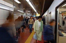 停車していた電車は、こんな乗客の多い状況ではなかったようだ(写真はイメージ)