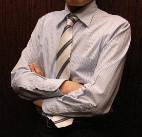 Yシャツの下に下着を着るか着ないかで熱い論争が繰り広げられている