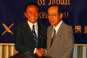 出馬を巡って様々な陰謀説が流れる福田氏(右)と麻生氏