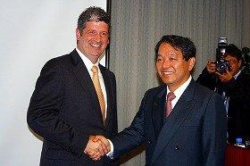 マイクロソフト日本法人のダレン・ヒューストン社長(左)と産経新聞の住田良能社長(右)