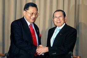 ペマ・ギャルポ氏(左)と綿貫民輔・国民新党代表(右)