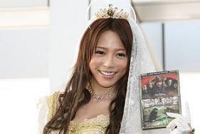 ウエディングドレス姿で新作をアピールする釈由美子さん