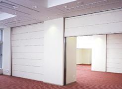 遮音性が高い天井収納型電動間仕切。文化シャッターより発売