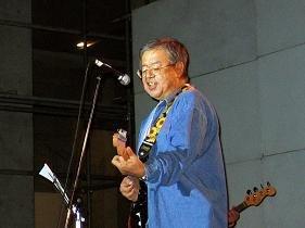 教え子にギターを披露する村井氏。連載をどう受け止めたのか