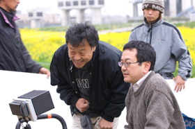 撮影の高間賢治さんとモニターチェックする和田秀樹さん