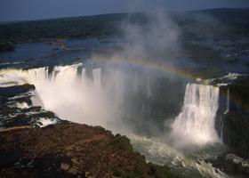 世界3大瀑布のひとつ「イグアスの滝」。激しい水しぶきと轟音をあげる(第1回放映予定)