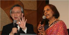 カレーのスパイスについて語る河田照雄教授(左)とミラ・メータさん(右)
