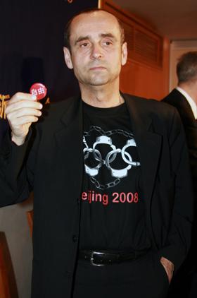 「手錠マーク」入りTシャツで抗議活動を行うという