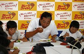 野球少年と共にカレーを食べる星野仙一さん