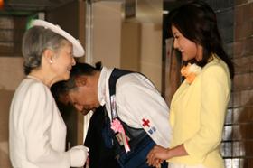 藤原紀香さん(右)に声をおかけになる皇后さま(左)