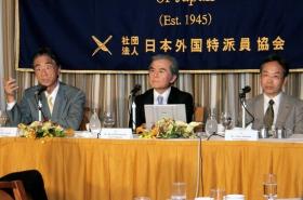 左から安西祐一郎・慶應義塾長、小宮山宏・東大総長、本堂武夫・北大副学長