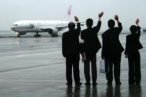 最後の「鶴丸塗装機」を見送る空港係員