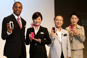 上戸さん(左から2番目)は誕生日までには「ティファニーケータイ」を手にできそうだ
