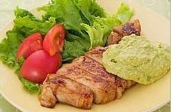 脂身つきの豚肉も、アラキドン酸を摂れる食品のひとつ(写真はアボカドソースを添えた豚のソテー)。