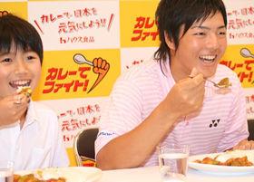 CMで共演する子供と一緒にカレーを食べる石川遼選手