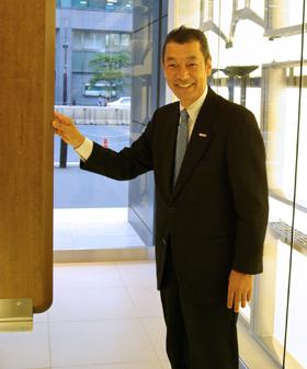 環境にやさしいオフィス家具「BTO」を紹介するプラスの中嶋光正氏