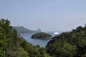 中央に浮かぶのがカズラ島。無断では足を踏み入れられない