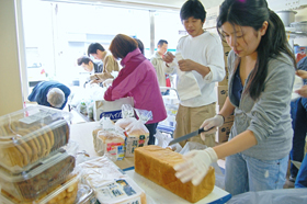寄付された食品を仕分けするボランティアたち(東京・浅草橋のセカンドハーベスト・ジャパンで)