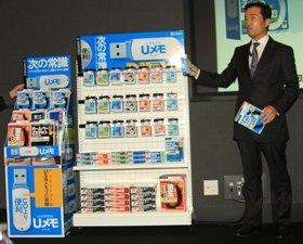 「『Uメモ』シリーズ」は年内に30タイトルが発売される(右はソースネクスト・松田憲幸社長)