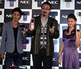携帯電話を片手にポーズを取る玉木宏さん(左)佐藤敏明さん(中)橋本麗香さん(右)