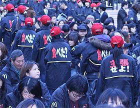 発売記念イベントでは、「食べた?」などのメッセージ付きのジャケットを着込んだ参加者が会場を盛り上げた