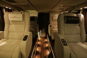 ツアーバスでも、幅が広いシートを導入するなど「プレミアム化」が進んでいる