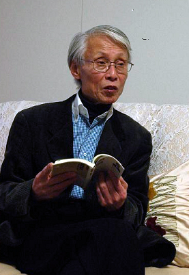 「大学や高校で教えている私の家族もニュースはネットで十分と新聞は読んでいません」と話す鶴田名誉教授。教授自身はネット・ケータイでも情報を収集するが、「紙の新聞」も毎日読んでいるそうだ