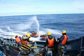 第二勇新丸に対して劇物を投げ込んだ「シー・シェパード」のボート(日本鯨類研究所提供)