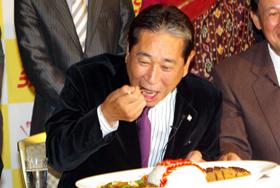 「バースデーファイトカレー」を試食する星野仙一氏