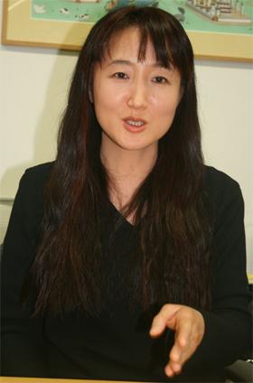J-CASTニュースのインタビューを受ける柳美里さん