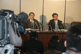 東京地裁で行われた弘中惇一郎弁護士(右)らの記者会見