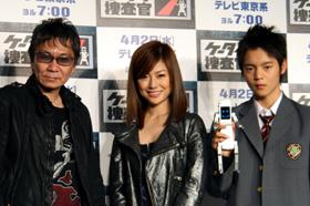 左から三池崇史監督、島谷ひとみさん、「フォンブレイバー」を手にした窪田正孝さん