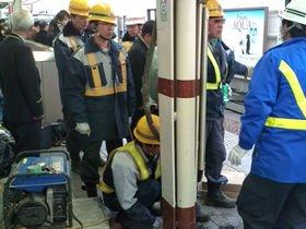 JR西荻窪駅のホーム上で復旧作業に取り組む作業員たち(読者提供)
