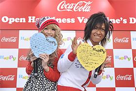 「Happy Message」を手にするくみっきーこと舟山久美子さん、佐藤歩さん