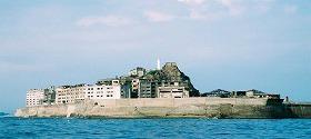 長崎県沖に浮かぶ「軍艦島」(写真提供:「軍艦島を世界遺産にする会」)