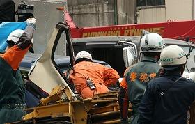 トラックから3人が救出された