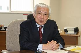 大学の財政のあり方について語る關昭太郎さん