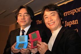 任天堂の岩田聡社長(左)と宮本茂専務(右)