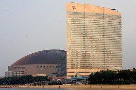 購入者には、抽選でホークス戦とホテルのチケットが当たる(写真は福岡Yahoo!JAPANドームとJALリゾート シーホークホテル福岡)