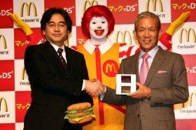 任天堂の岩田社長(左)とマクドナルドの原田社長(右)