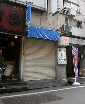 閉鎖された選挙事務所(12日 東京新宿区歌舞伎町)