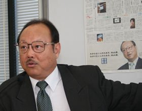 新紙面について説明する産経新聞の斎藤勉常務。会見の様子はニコニコ動画で生中継された