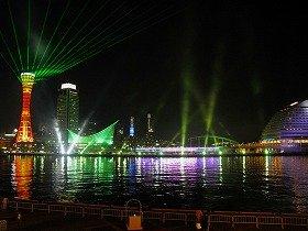 レーザー光線やサーチライトが神戸港を照らし出す