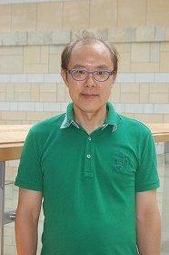 「省庁関係の会議のときもラフな格好をしています」と話す山田肇教授