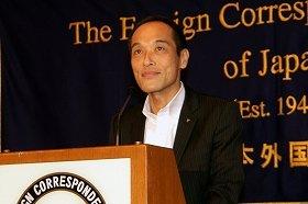 2年5か月ぶりに外国特派員協会で記者会見に臨む東国原知事