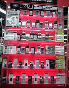 スマートフォンが並ぶ(ビックカメラ有楽町店本館・携帯電話コーナー)
