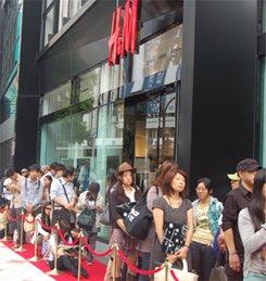 H&M渋谷店を取り巻く長蛇の列