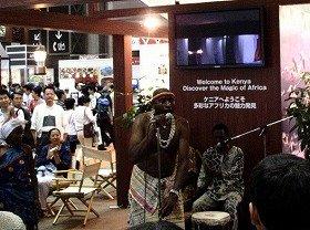 民族舞踊を披露したケニアブースの前には人だかりができていた