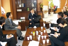 亀井静香郵政・金融担当相の大臣室で開かれた「もうひとつの記者会見」には雑誌や夕刊紙の記者が参加した