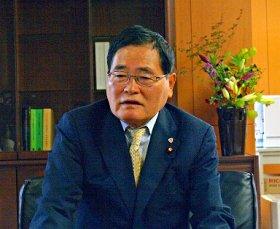 記者たちの質問に答える亀井静香担当相